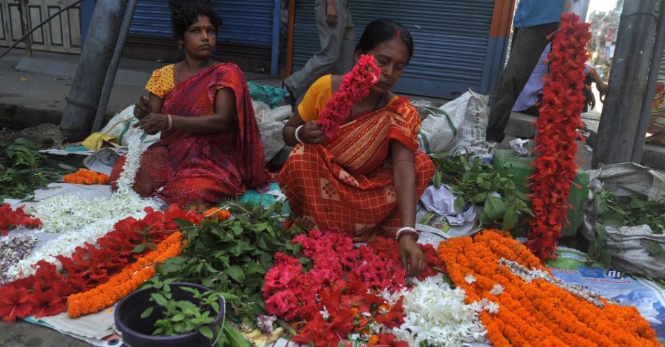 2.jun.2012 - Mulheres vendem flores em estrada de Siliguri, na Índia, nesta segunda-feira (2), para arrecadar de U$S 2 a US$ 3 por dia