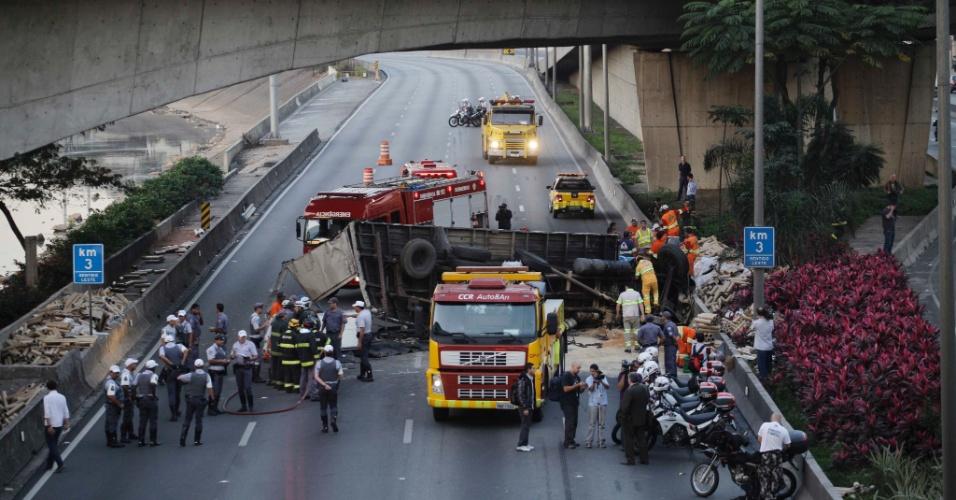 Acidente envolvendo um caminhão interdita a pista expressa da Marginal Tietê no sentido Ayrton Senna próximo à ponte Atílio Fontana, que dá acesso à rodovia Anhanguera, em São Paulo, nesta segunda-feira (2).