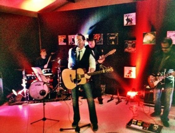 Afonso Nigro canta e toca na festa de 35 anos da mulher de Faustão (1/7/12)