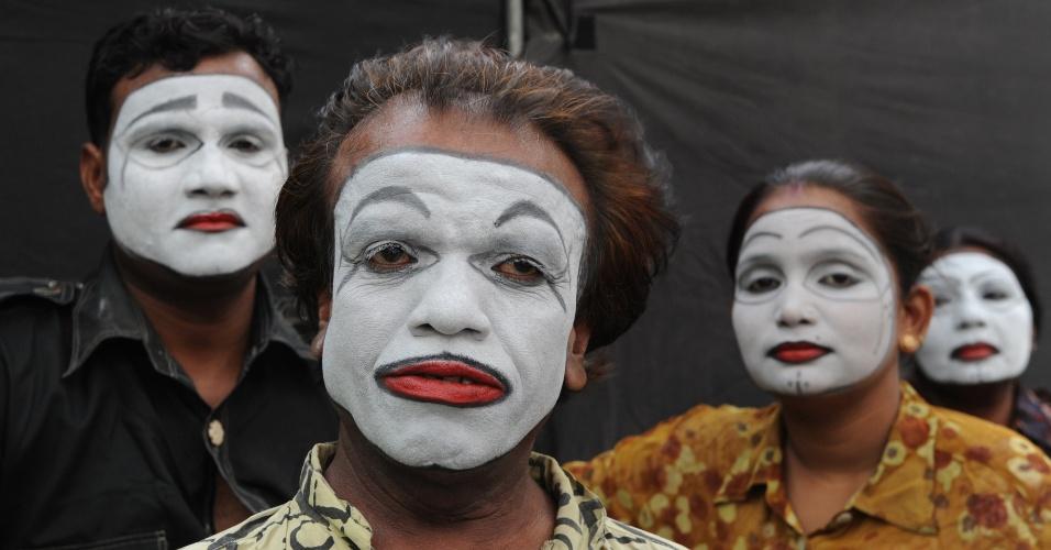 Artistas indianos esperam a vez de tocar na cerimônia de encerramento de um programa de treinamento de auto-defesa em Nova Déli, na Índia, nesta segunda-feira (2).