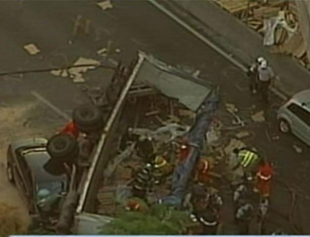 Caminhão cai de ponte na marginal Tietê, em São Paulo; duas vítimas são atendidas