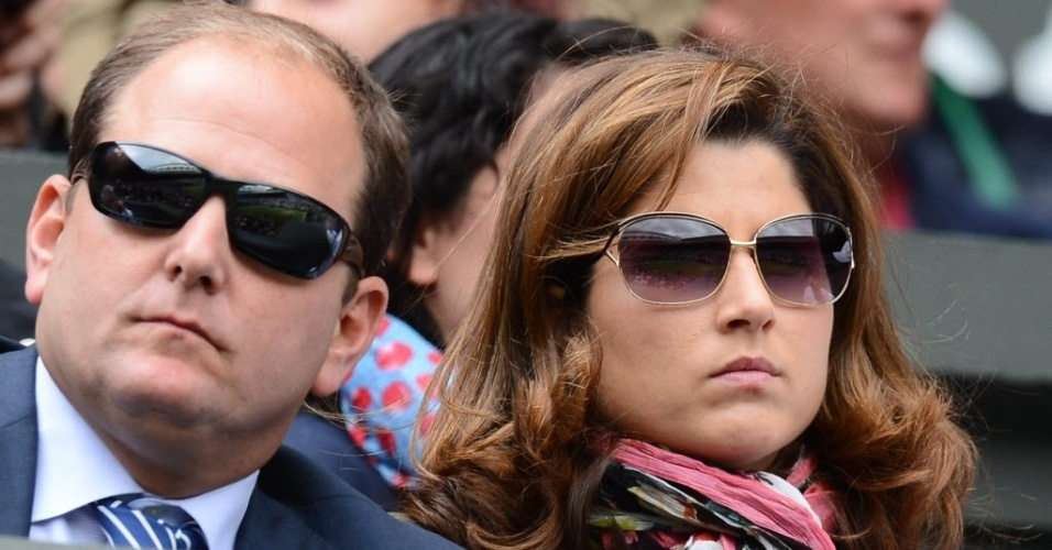 Jul.2012 - Elegante, Mirka Federer (dir), esposa de Federer, acompanha o duelo entre o marido e Xavier Malisse em Wimbledon