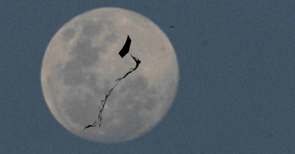 Lua é vista a partir da zona sul da cidade de São Paulo no início da noite desta segunda-feira (2)