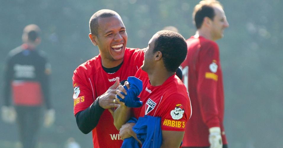 Luis Fabiano e Lucas mostram descontração em treino do São Paulo