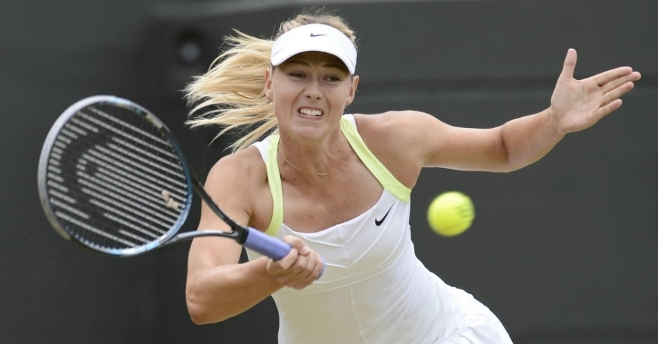 Maria Sharapova tenta o lance contra Sabine Lisicki pelas oitavas de final em Wimbledon