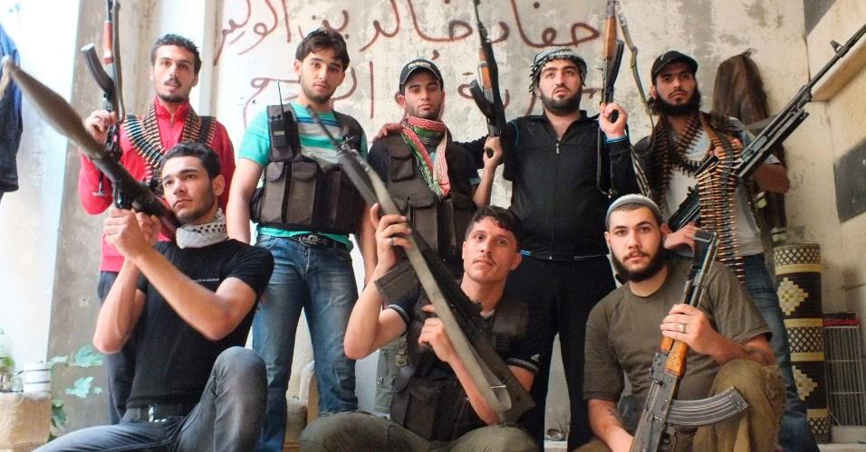 Membros do grupo rebelde Khaled Fighters ibin Al Walid posam com suas armas para o combate de primeira linha contra as forças do presidente sírio Bashar al-Assad