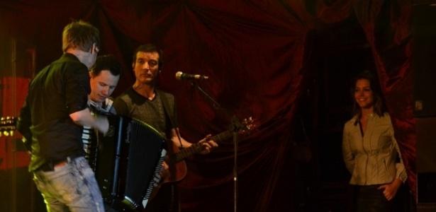 Michel Teló tocou na noite de sábado no Recife; a atriz Thais Fersoza acompanhou do backstage o show (30/6/12)