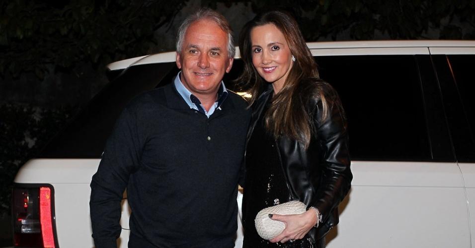 O apresentar Otávio Mesquita e a mulher Melissa Wilman prestigiam a ex-modelo e jornalista Luciana Cardoso, mulher do apresentador Faustão, em sua festa de 35 anos (1/7/12)