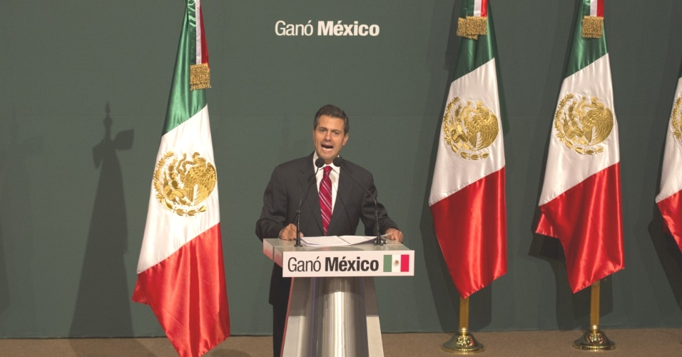 O candidato &#224; presid&#234;ncia mexicana pelo Partido Revolucion&#225;rio Institucional (PRI), Enrique Pe&#241;a Nieto, discursa na Cidade do M&#233;xico ap&#243;s receber o primeiro resultado oficial das elei&#231;&#245;es, que o consagra como novo presidente mexicano