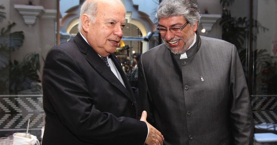 O secretário-geral da OEA, José Miguel Insulza (à esquerda), e o presidente deposto do Paraguai, Fernando Lugo, apertam as mãos antes de uma reunião privada em Assunção, nesta segunda-feira (2)