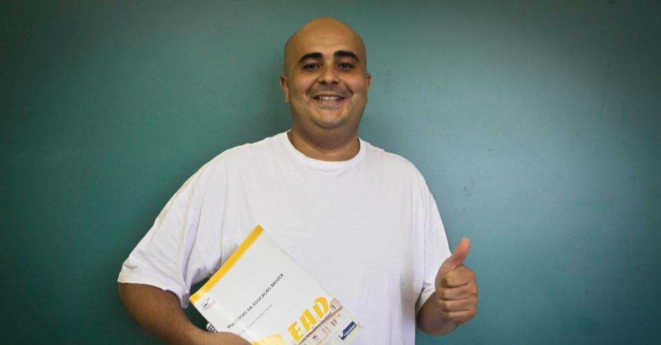 Matheus Henrique Daniel, 30, dá aulas para o 7º ano do ensino fundamental.