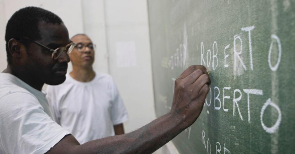 Venilton e outro preso em sala de aula do pavilhão educacional da Penitenciária 1 de Serra Azul