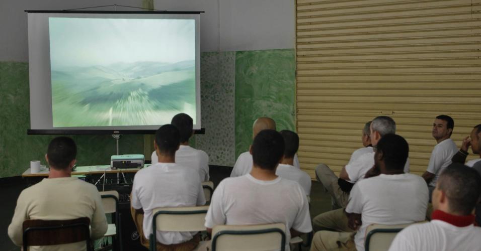 A Penitenciária 1 de Serra Azul oferece atividades culturais como cinema (cujas sessões são seguidas de discussões com profissionais técnicos da unidade prisional) e aulas de teatro
