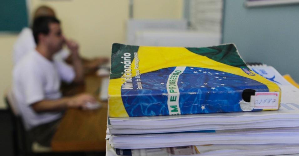 Dicionários, livros e apostilas são os únicos materiais que os estudantes da Penitenciária 1 de Serra Azul podem consultar