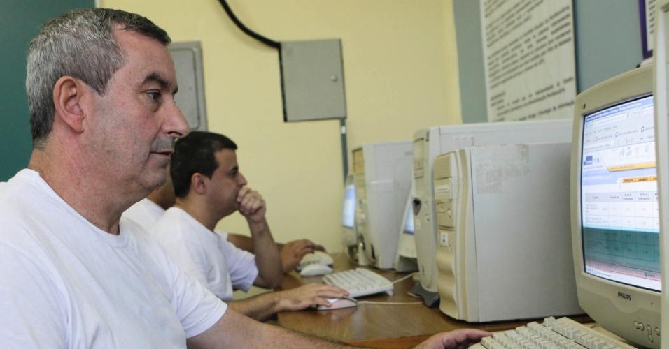 Antônio Marcos e Benedito na sala de EAD da Penitenciária 1 de Serra Azul.