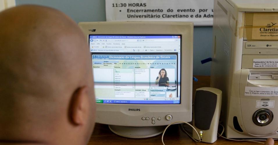 Matheus à frente do computador , na tela do dicionário virtual de libras. Os presos têm acesso restrito aos sistemas de ensino, sem contato com conteúdos da Internet