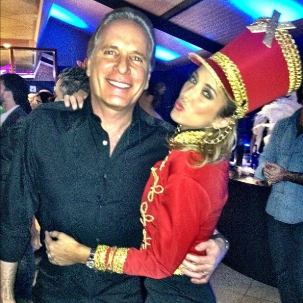 Ticiane Pinheiro se veste de paquita na festa de 35 anos da mulher de Faustão (1/7/12)