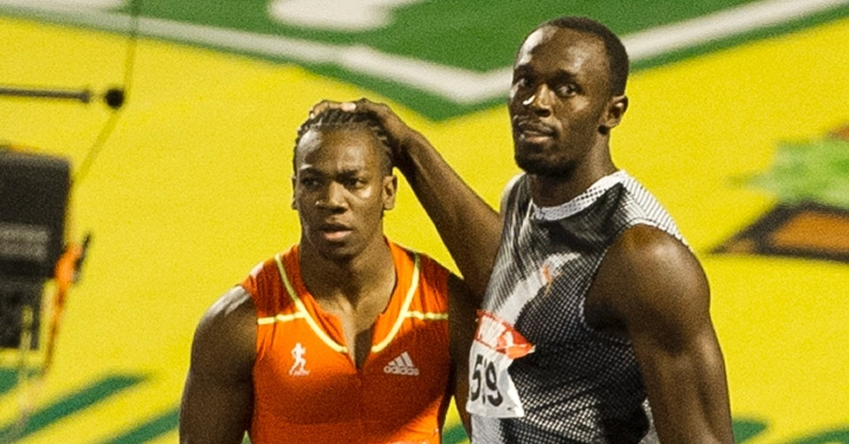 Usain Bolt cumprimenta Yohan Blake, que o venceu nas seletivas jamaicanas dos 100 m e dos 200 m rasos