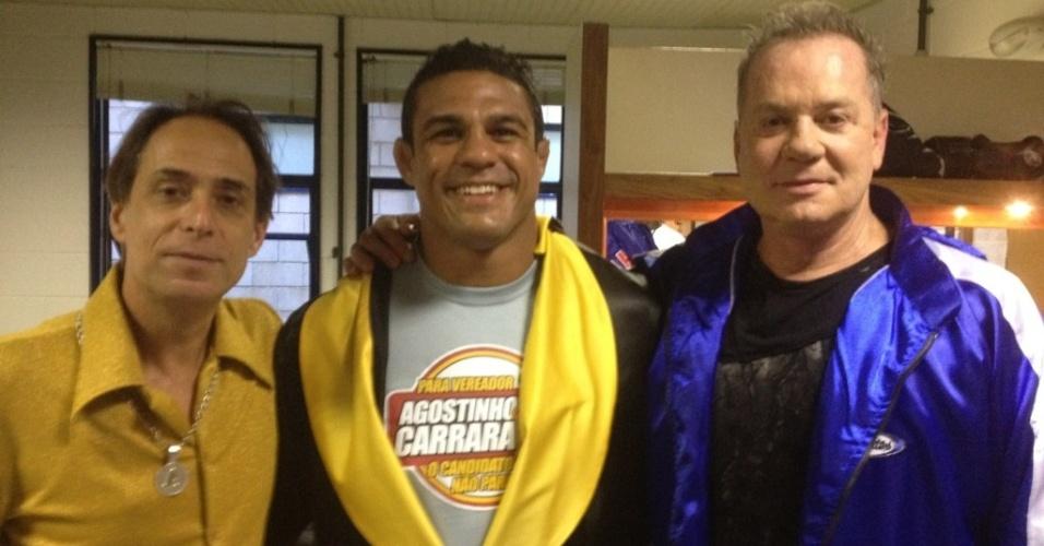 Vitor Belfort posa para foto ao lado dos atores Pedro Cardoso e Luis Fernando Guimarães