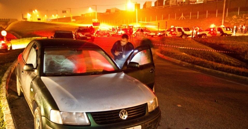 3.jul.2012 - Agente revista carro onde usuários de droga esperavam policiais para pagar propina e não serem presos