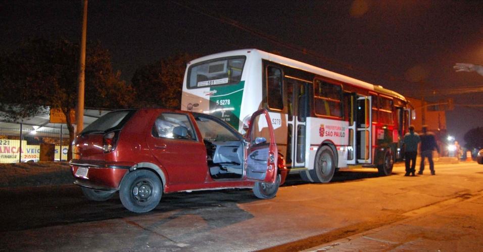 3.jul.2012 - Carro batido em traseira de ônibus na avenida Sapopemba, zona leste de São Paulo. Os dois homens no veículo morreram em troca de tiros com policiais da Rota, na noite de segunda-feira (2). Os policiais faziam patrulhamento pela região quando cruzaram com dois homens em um Fiat Palio. Houve perseguição e tiroteio entre policiais e bandidos. Os criminosos bateram o carro na traseira de um ônibus.
