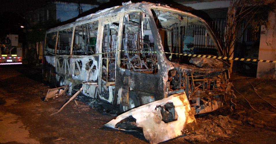 3.jul.2012 - Dois Ônibus da Viação Transporte Jangada, que levava funcionários de empresas, incendiado na madrugada de terça-feira (3) no bairro Jardim Fortaleza, em Guarulhos (Grande São Paulo)