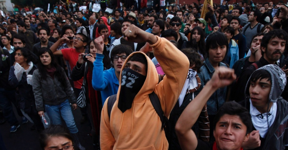 3.jul.2012 - Mexicanos v&#227;o &#224;s ruas protestar contra o resultado da elei&#231;&#227;o presidencial depois do l&#237;der da esquerda no pa&#237;s e segundo colocado, Andr&#233;s Manuel L&#243;pez Obrador, dizer que houve fraude. Enrique Pe&#241;a Nieto, do Partido Revolucion&#225;rio Institucional (PRI), venceu o pleito