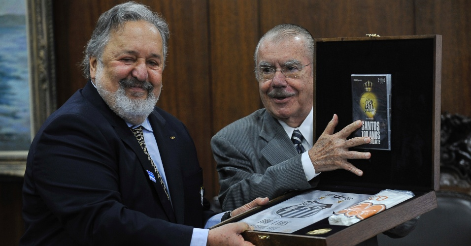 3.jul.2012 - O presidente do Senado, Jos&#233; Sarney, recebe o presidente do Santos Futebol Clube, Luis &#193;lvaro de Oliveira Ribeiro, nesta ter&#231;a-feira (3), em Bras&#237;lia