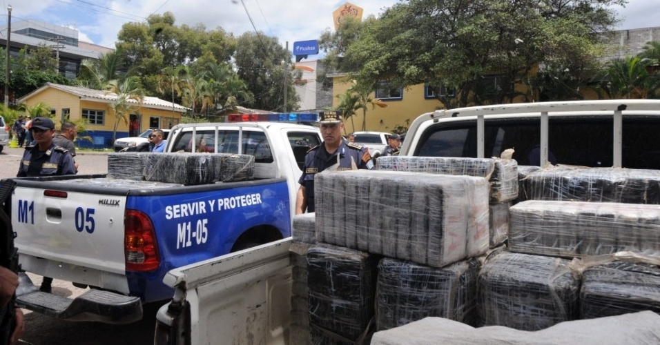 3.jul.2012 - Pol&#237;cia de Honduras inspeciona carga de cerca de 600 kg de coca&#237;na em Tegucigalpa ap&#243;s  a queda de uma aeronave que transportava a droga. O piloto, que era brasileiro, morreu no acidente.