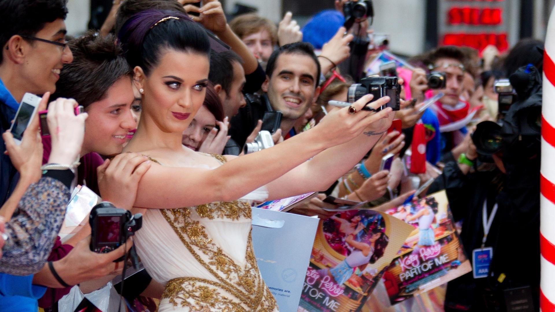 A cantora Katy Perry se fotografa com fãs em Londres antes da estreia de seu filme