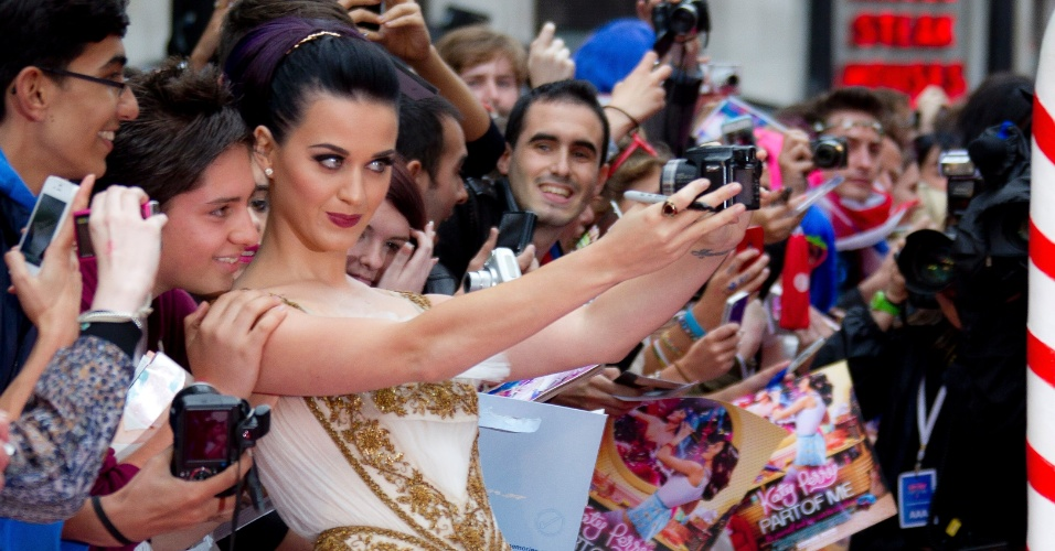 A cantora Katy Perry se fotografa com f&#227;s em Londres antes da estreia de seu filme &#34;Part of Me&#34; (3/7/12)