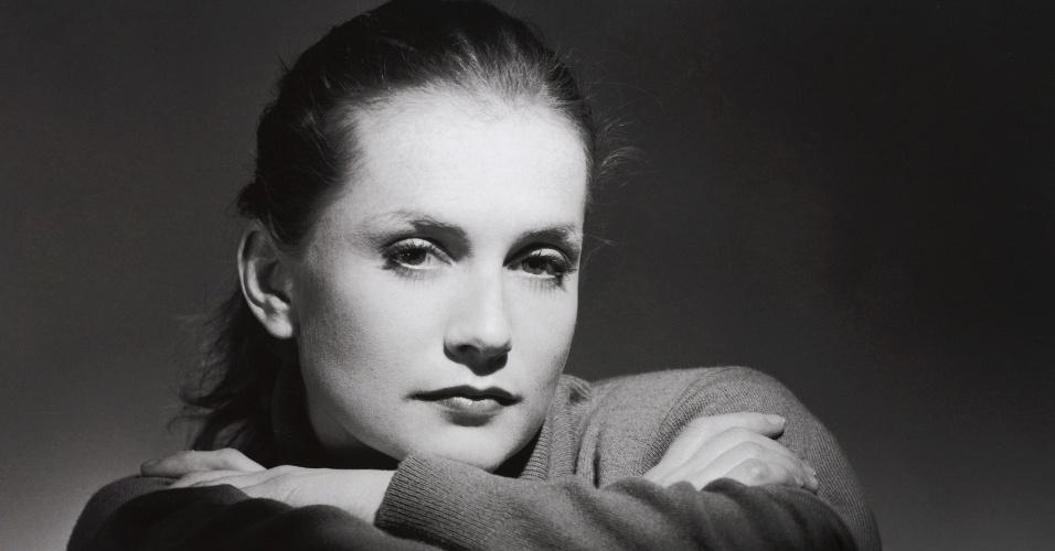 A foto em preto e branco de Isabelle Huppert está na exposição com imagens do estúdio Harcourt (3/7/12)