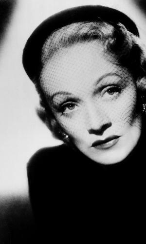 A foto em preto e branco de Marlene Dietrich está na exposição com imagens do estúdio Harcourt (3/7/12)