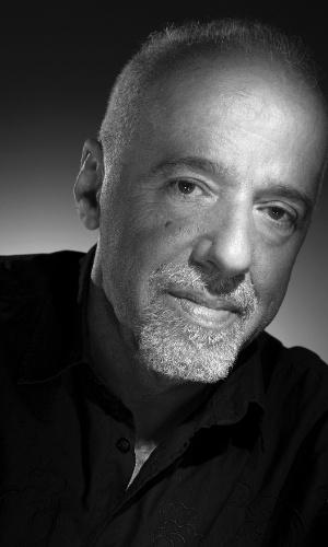 A foto em preto e branco de Paulo Coelho está na exposição com imagens do estúdio Harcourt (3/7/12)