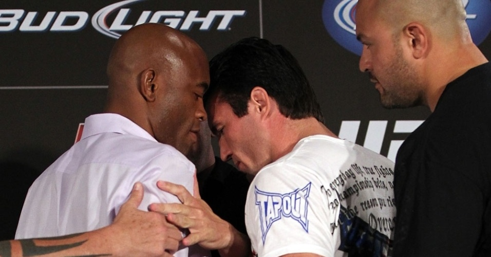 Anderson Silva e Chael Sonnen so separados em encarada quente; brasileiro ainda cochichou no ouvido do rival