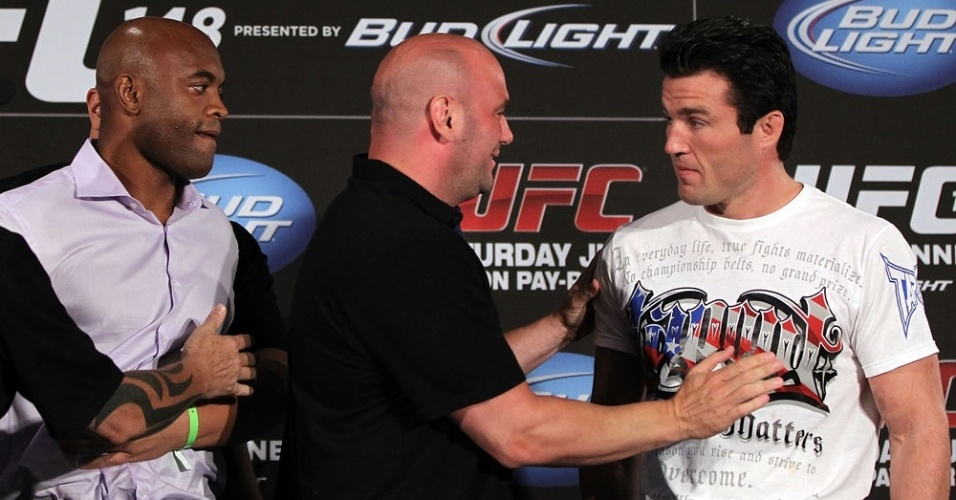 Anderson Silva e Chael Sonnen so separados por Dana White em encarada quente; brasileiro ainda cochichou no ouvido do rival
