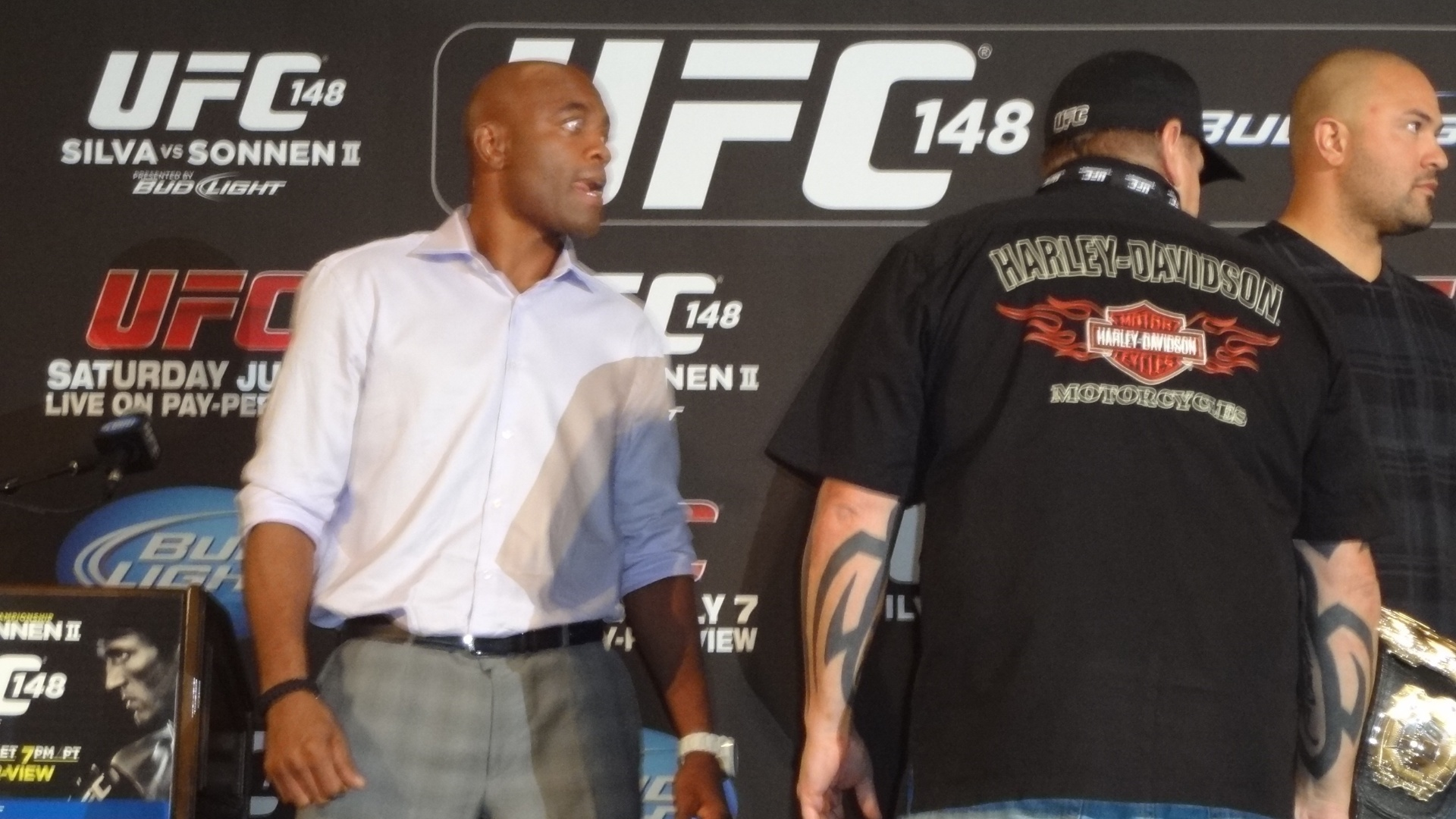 Anderson Silva faz cara de furioso ao ficar frente a frente com Sonnen; brasileiro teve de ser segurado na hora da encarar