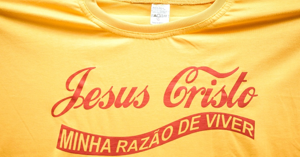 Camiseta com mensagem evangélica usa estilo do logo da Coca-Cola