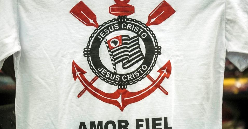 Camiseta com referência evangélica usa símbolo do Corinthians