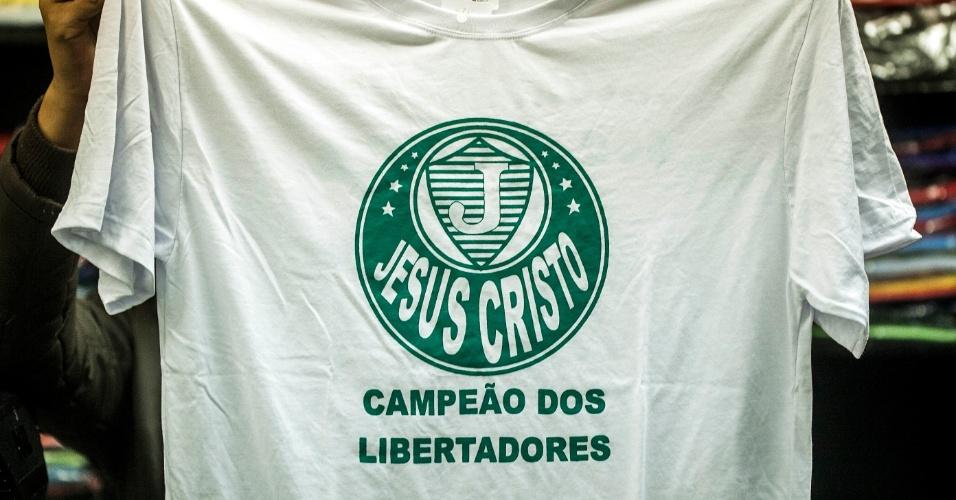 Camiseta com referência evangélica usa símbolo do Palmeiras