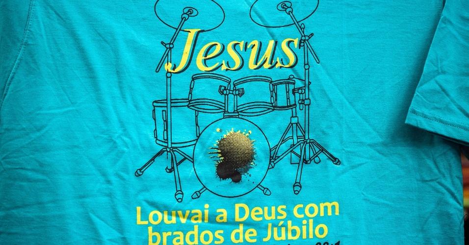 Camiseta tem estampa com mensagem evangélica