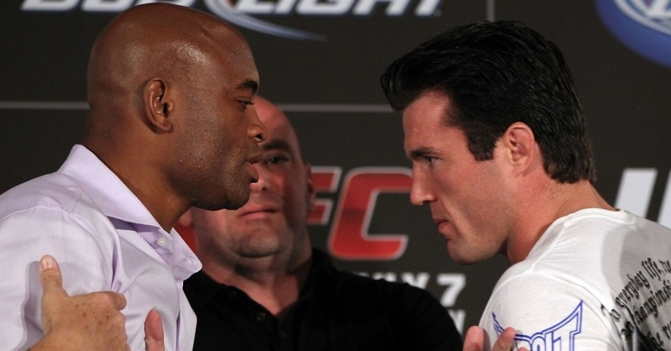 Dana White se coloca entre Anderson e Sonnen aps um princpio de confuso por parte do brasileiro 