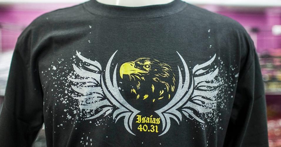 Estampa de camiseta traz referência bíblica