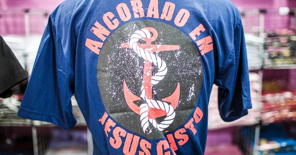 Estampa de camiseta traz referência evangélica