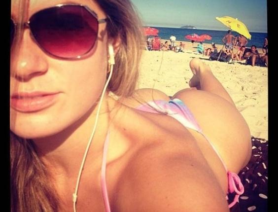 Ex-BBB Renata D'ávila divulga imagem tomando sol em praia do Rio (3/7/2012)