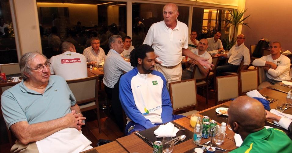 ex-jogador Antônio Sucar e pivô Nenê ouvem Amaury Pasos em jantar promovido pela CBB