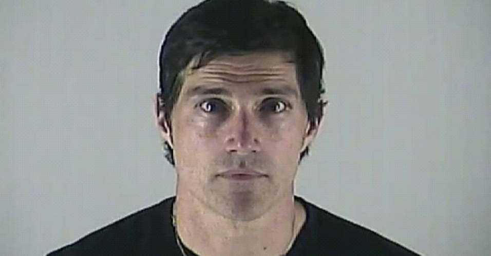 Imagem divulgada pela polícia de Bend, no Oregon, do ator Matthew Fox ao ser fichado por dirigir embriagado (4/5/12)