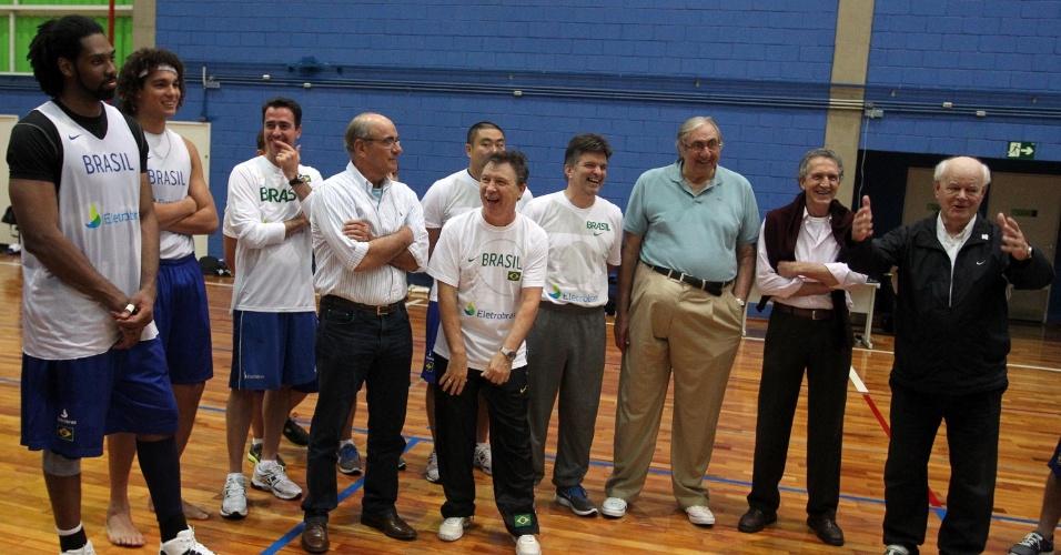Jogadores da seleção brasileira recebem a visita dos campeões mundias de basquete durante treino