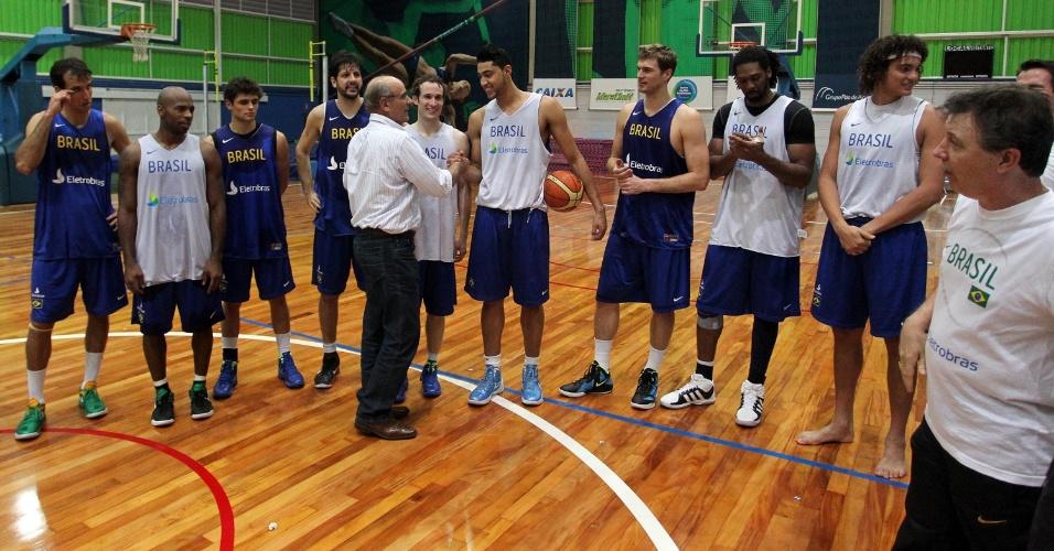 Jogadores da seleção brasileira recebem o cumprimento do campeão mundial Edvar Simões