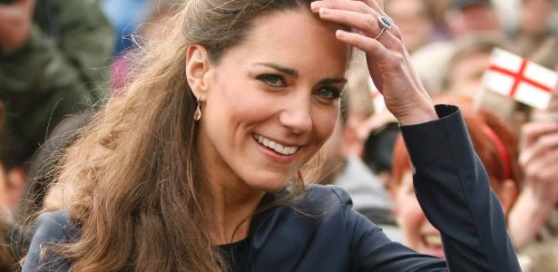 """Até Kate Middleton, conhecida por suas madeixas sempre bem escovadas, já enfrentou o frizz dos cabelos em um """"bad hair day"""" (11/04/2011)"""